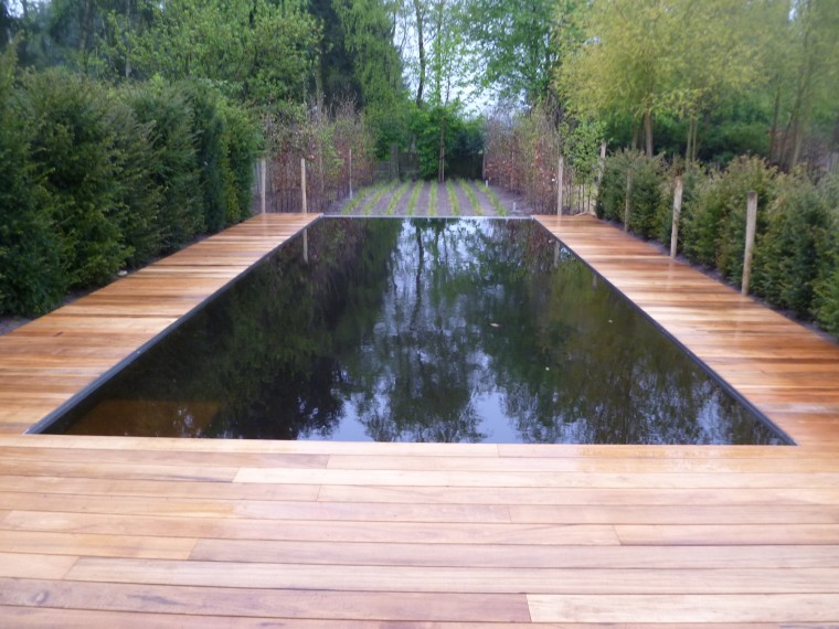 zwemvijver Lommel met houten boord, terras en infinity